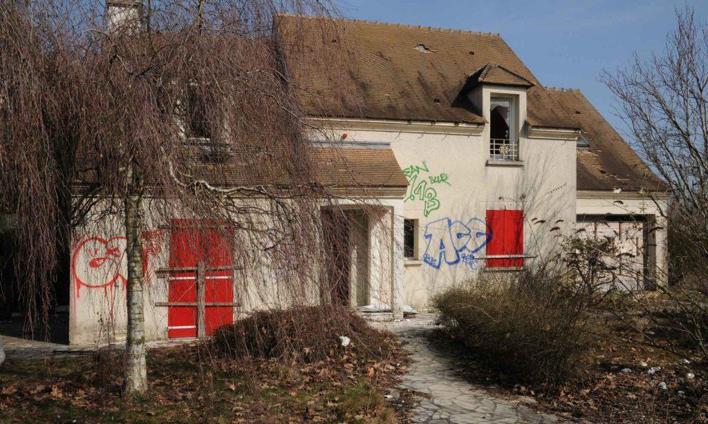Maison taguée, détériorée par des squatteurs.