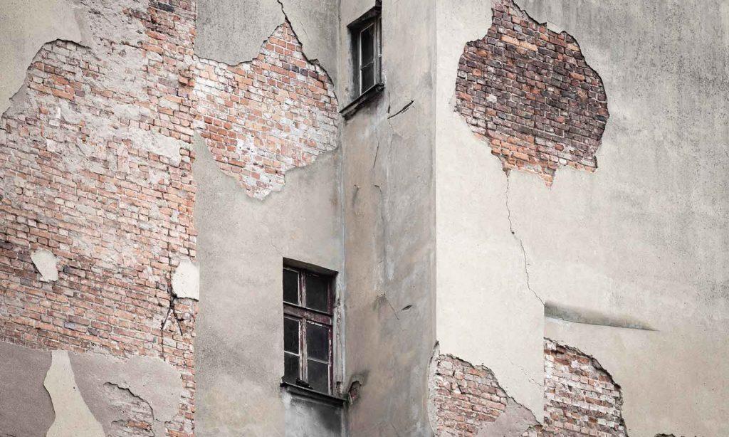 Immeuble en péril. Façade et fenêtres présentent un danger.